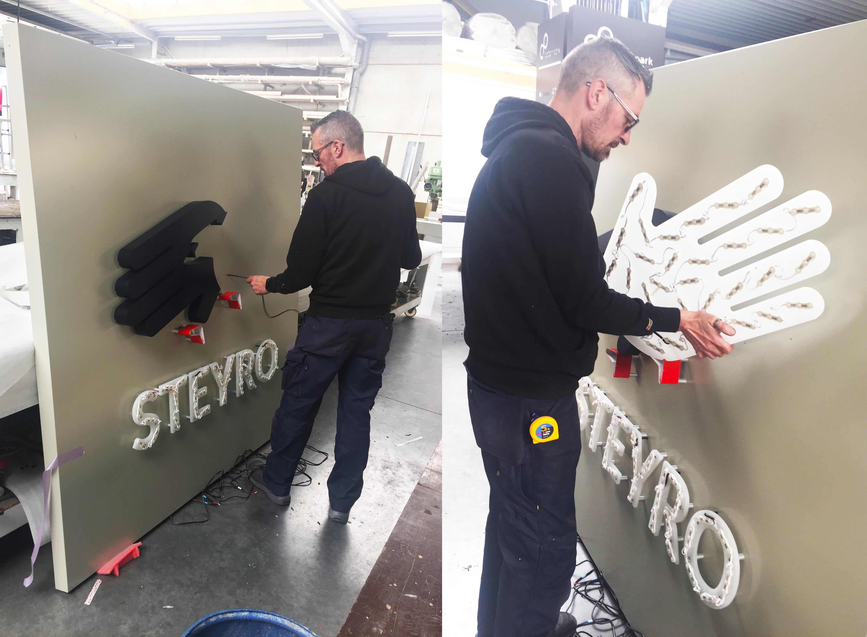 Lichtreclame voor Steyro Aalter wordt gemaakt